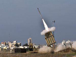 Un misil israelí se lanzó desde el sistema de misiles de defensa Cúpula de Hierro en la ciudad meridional israelí de Ashdod, en respuesta a un cohete lanzado desde la cercana Franja de Gaza palestina